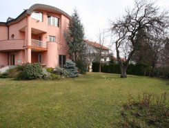 Unfurnished, 3-floor, 8-bedroom house (500m2) with a garden (1100m2)