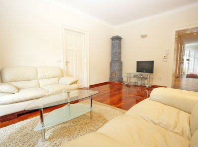 Furnished, exceptionally quiet, 2-bedroom apartment (75m2) in the heart of downtown