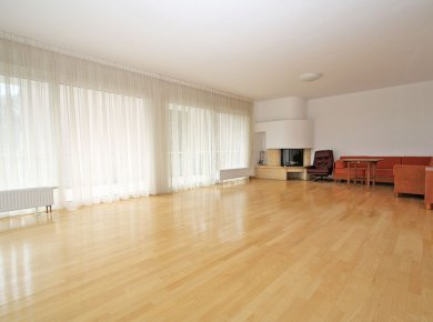 Bright, un/furnished, 3-bedroom apt (160m2) with a garden and a garage