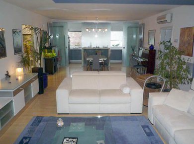 Luxuriously furnished, 3-bedroom apt (130m2) with a parking space