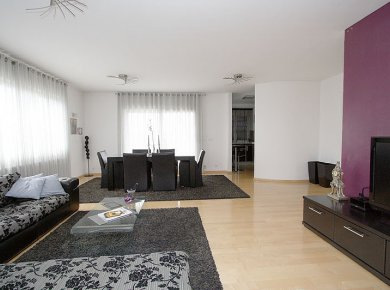 Furnished, 3-bedroom penthouse (140m2) with a terrace (50m2) and a double garage (75m2)