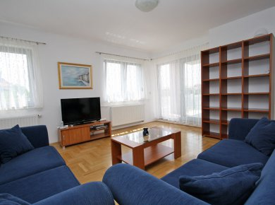 Un/furnished, 3-bedroom apt (112m2) with a terrace, 2 parking spaces and a large common garden