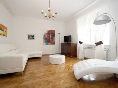 Refurbished, un/furnished, 2-bedroom apt (100m2) with a terrace and 2 parking spaces