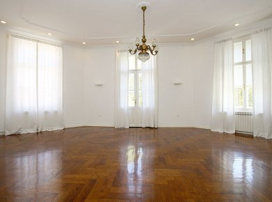 Un/furnished, classic, 3-bedroom apt (180m2) with a parking space, located in the most beautiful square in town