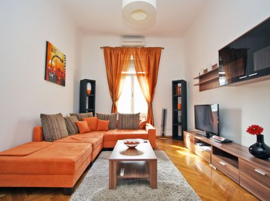 Furnished, 1-bedroom apt (60m2) located in the pedestrian area of town