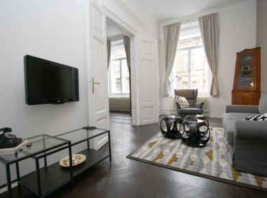 Refurbished and furnished, 2-bedroom apt (90m2) located in the heart of town