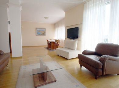 Furnished, 3-bedroom penthouse (160m2) with a terrace (40m2) and 2 garages