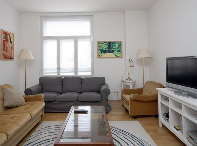 Furnished, refurbished, 2-bedroom apt (85m2) with a balcony located in the heart of town