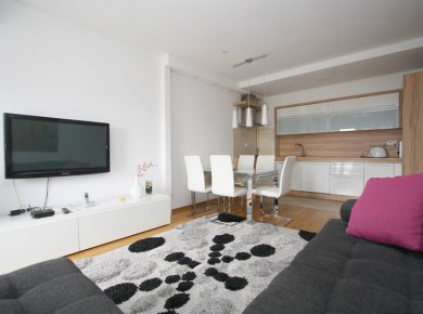 Modern, furnished, 2-bedroom apt (64m2) with a balcony and a parking space