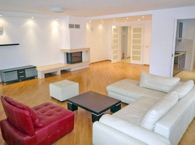 Furnished, spacious, 4-bedroom apt (210m2) with a double garage and a balcony