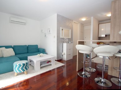 Furnished, modern, 1-bedroom apt (50m2) with a parking space and a balcony