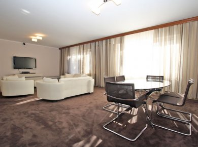 Furnished, 2-bedroom apt (100m2) with a parking space and a balcony