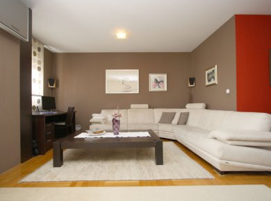 Furnished, refurbished, spacious, 2-bedroom apt (95m2) with a parking space in a garage