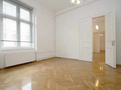 Refurbished, unfurnished, classic, 3-bedroom apartment (150 m2) with a balcony