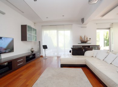 Un/furnished, 3-bedroom apt (180m2) with a garden (150m2) and two parking spaces
