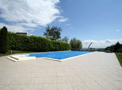 Un/furnished, 4-bedroom apt (200m2) with a garden (400m2), outdoor pool and 2 parking spaces